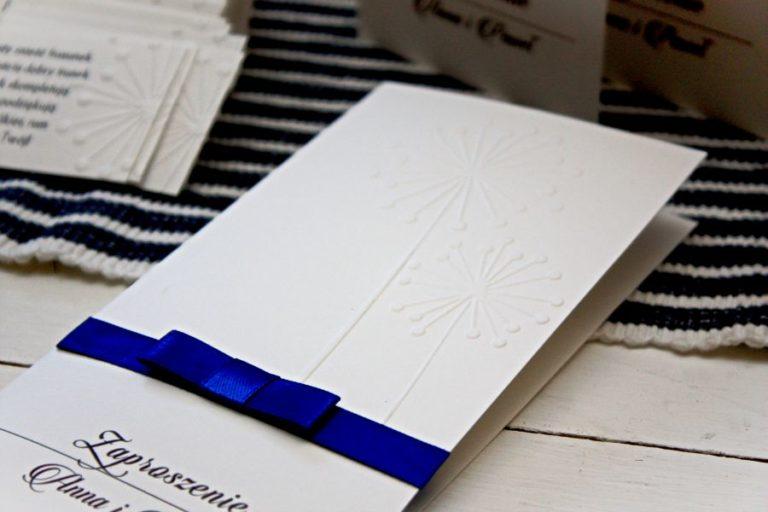 bialo niebieskie zaproszenia slubne ze wstazka artirea