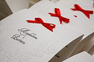 eleganckie bialo czerwone zaproszenia slubne
