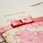 pudrowo rozowe menu w kwiaty
