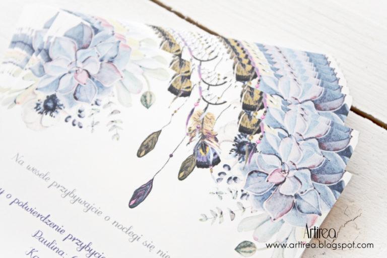 rystykalne kwadratowe zaproszenia slubne w stylu boho artireaz piórami i sukulentami
