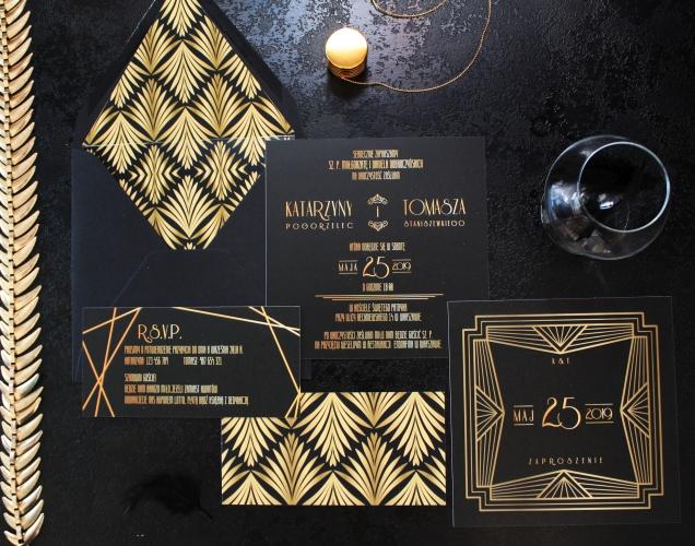 eleganckie kwadratowe jednokartkowe zaproszenia slubne czarno zlote artirea