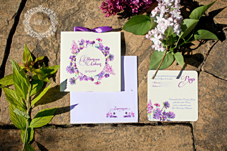 fioletowe akwarelowe kwiatowe zaproszenia slubne z kokardka artirea