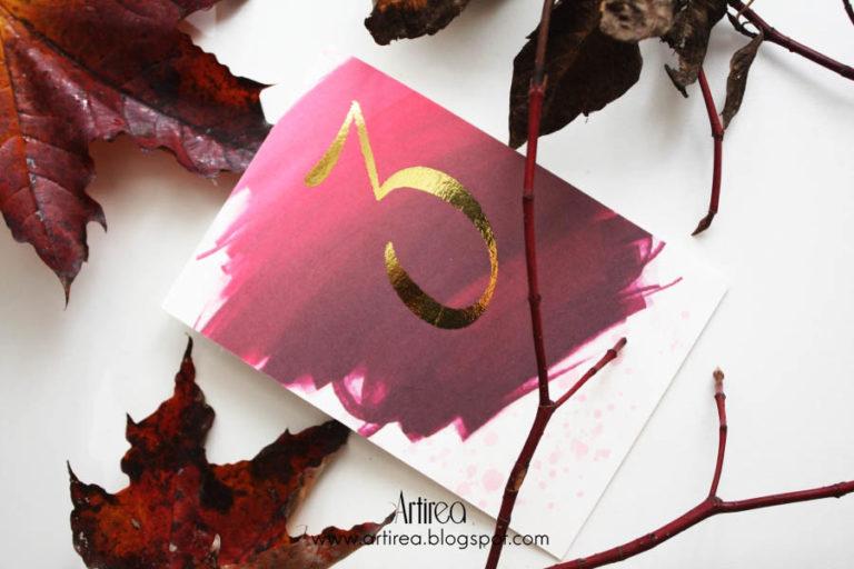 pozlacana numeracja stolika w kolorze burgundowym