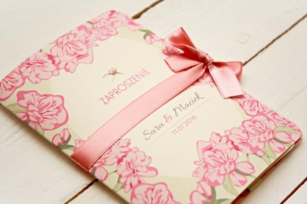 kwatowe pastelowe rozowe zaproszenia slubne z kokarda artirea
