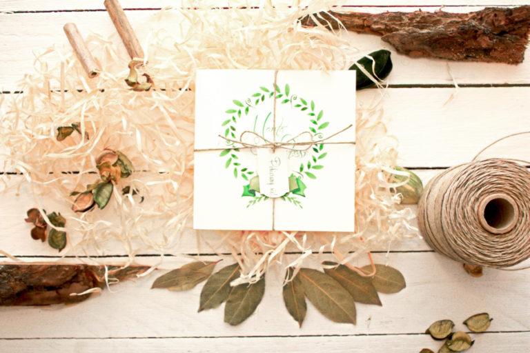 ekologiczne rustykalne zaproszenia slubne ze sznurkiem i motywem lisci laurowych artirea
