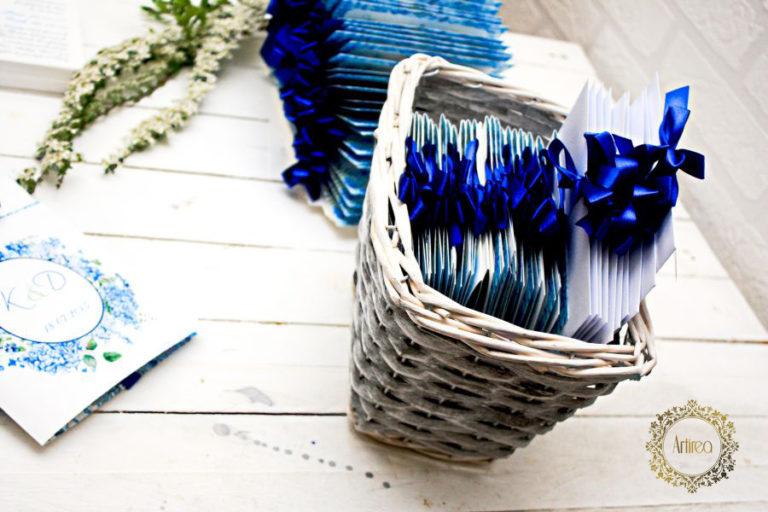 niebieskie zaproszenia slubne z wstazka z motywem hostensji artirea