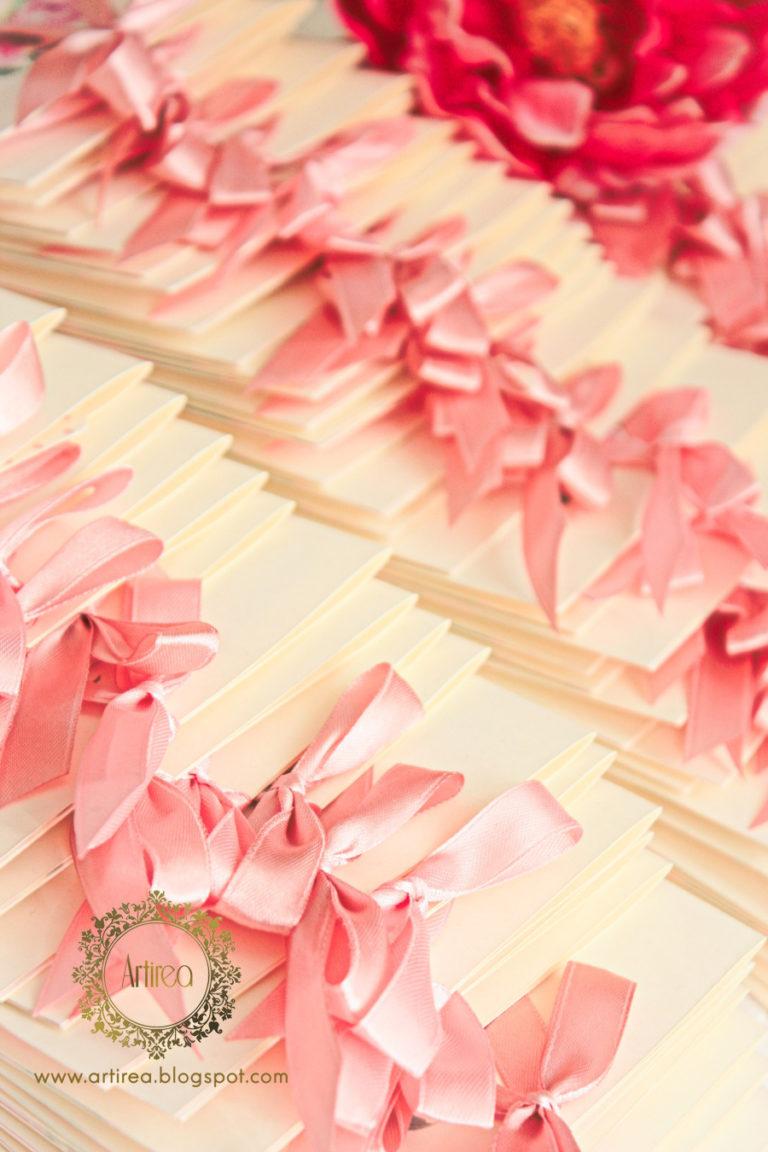 kwadratowe zaproszenia slubne ze wstazka w pastelowe piwonie artirea