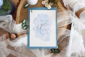 bialo niebieskie zaproszenia slubne dusty blue jednokartkowe blekitne delikatne eleganckie boho artirea
