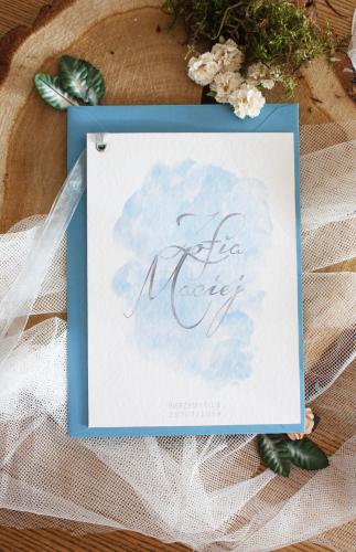 bialo niebieskie jednokartkowe akwarelowe zaproszenia slubne dusty blue blekitne delikatne artirea