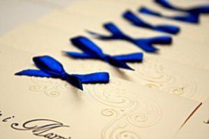 zaproszenia ślubne koronkowe i kobaltowe
